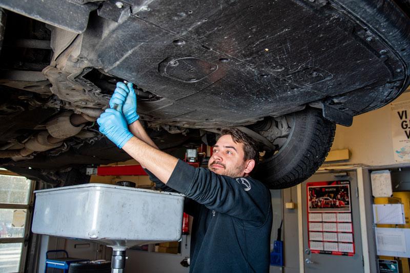 mekaniker sjekker understellet på mazda hos hegre auto sitt mazda verksted