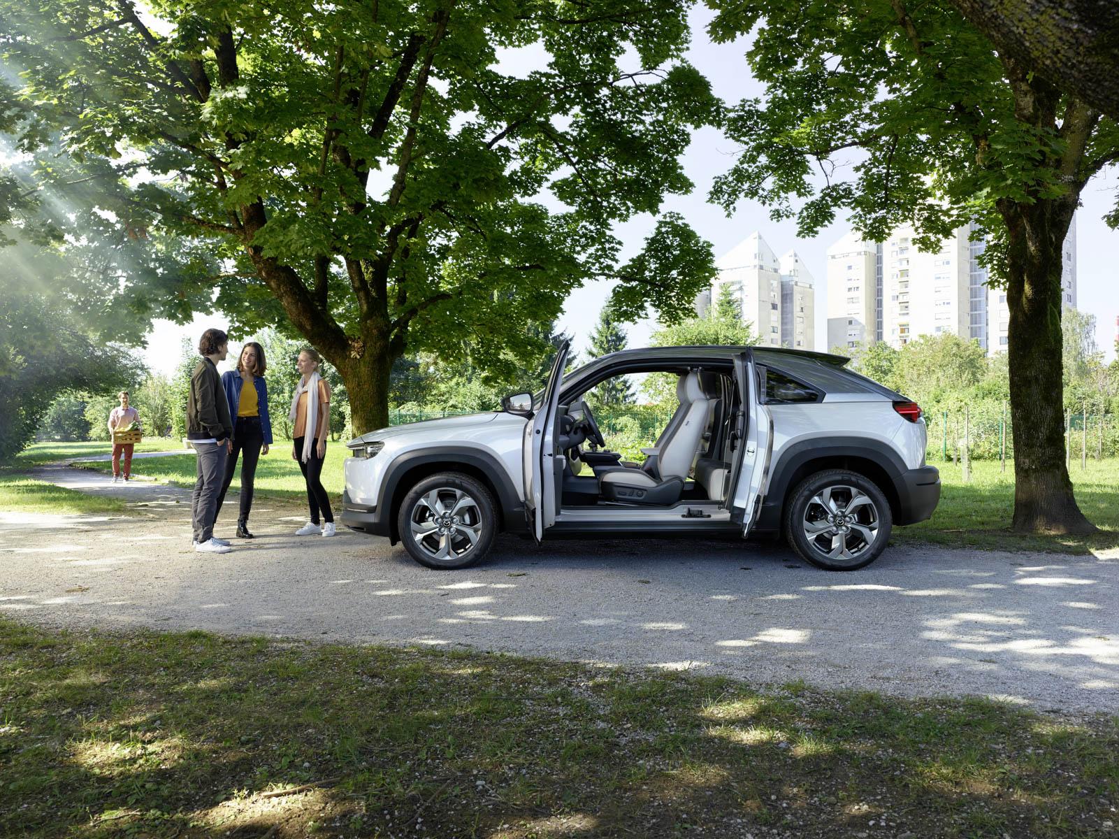 Ny elbil fra Mazda MX-30 med åpne dører
